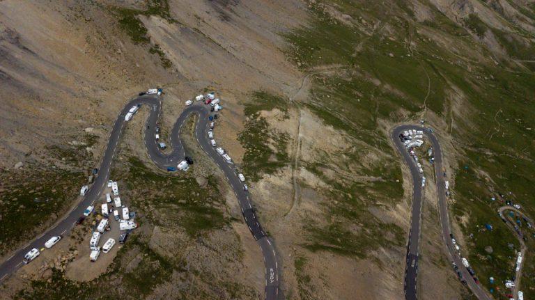 photographie aérienne par drone des montagnes et du col du galibier à valloire