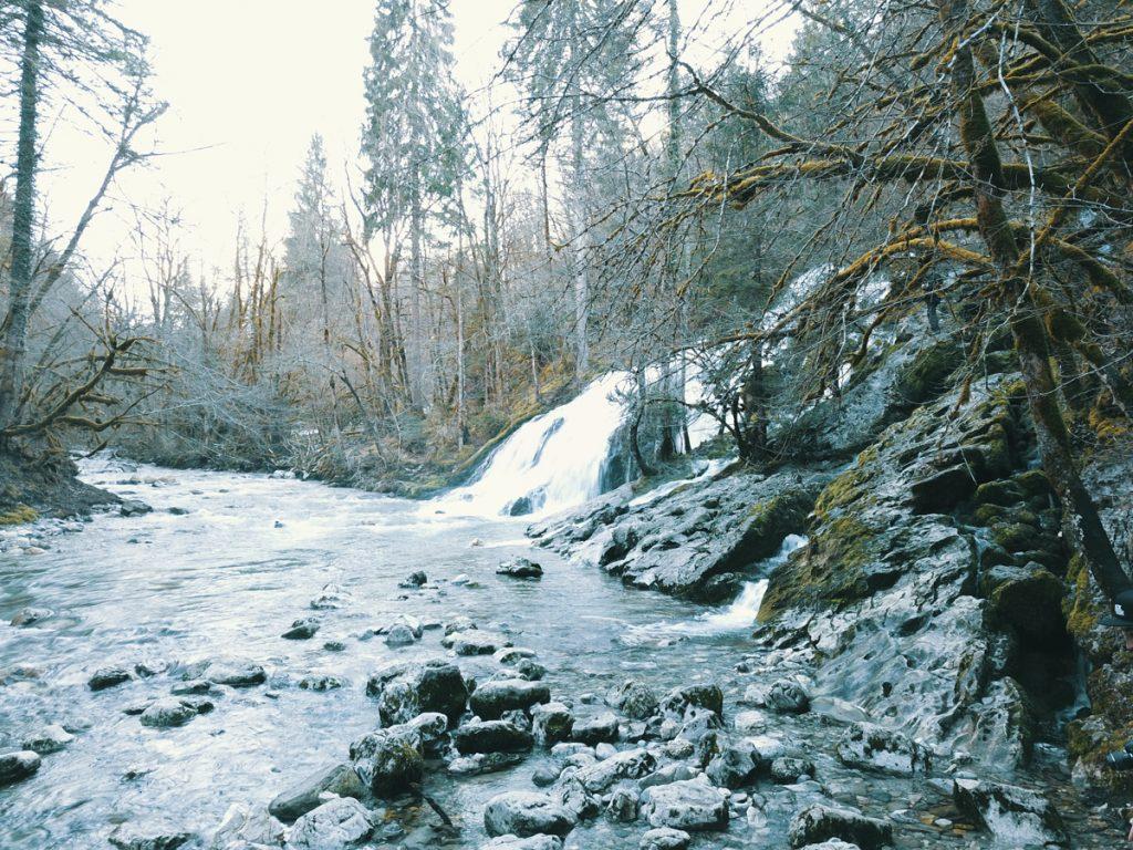 photographie drone cascade du pissieu en savoie nature et forêt