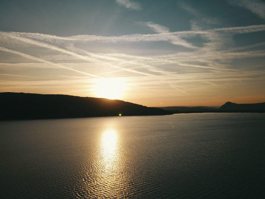 photographie coucher de soleil sur le semnoz ville veyrier et lac annecy by lafelt