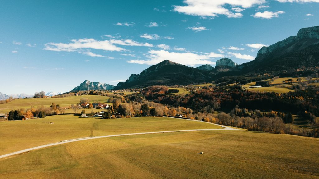 drone-photographie-lafelt-campagne champs et montagne en haute savoie