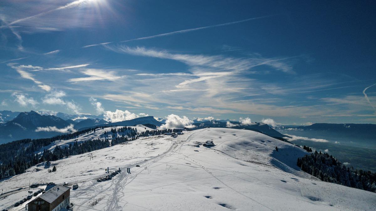 photo aérienne par drone au semnoz annecy vue sur les montagnes enneigées et massif du mont blanc