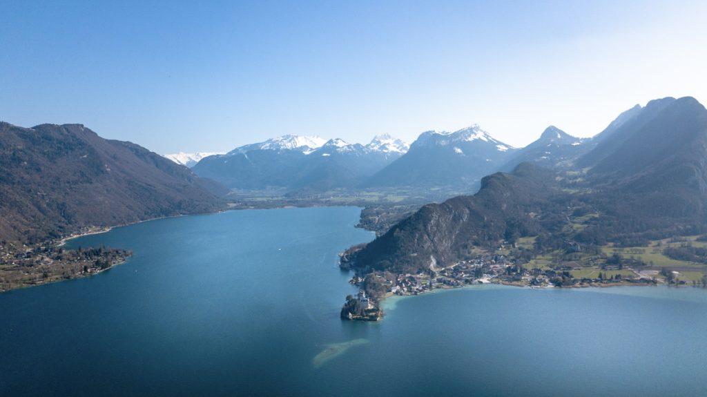 photo aérienne par drone paquier et du lac d'annecy et montagnes enneigées