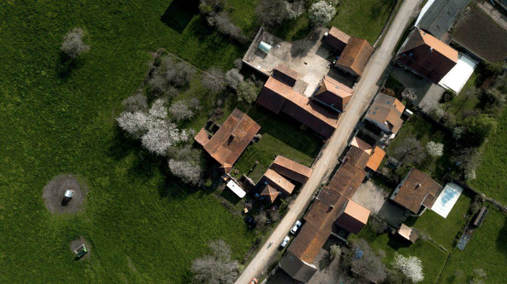 Photo aérienne bourgogne par drone campagne et maisons immobilières