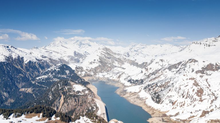 photographie aérienne par drone montagne enneigée au Beaufortain et mont blanc Bâthie-Roselend
