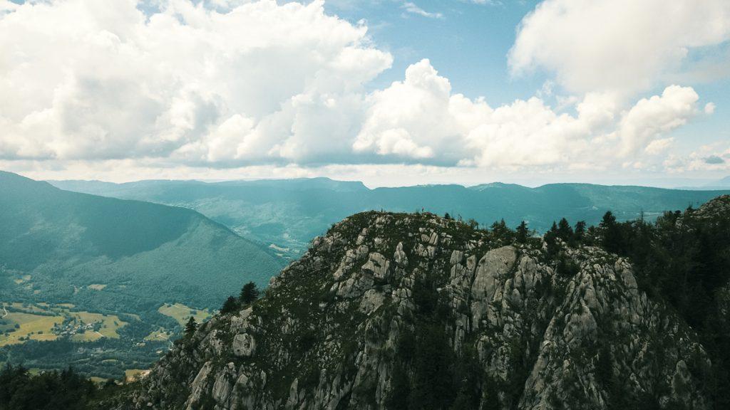 photographie aérienne par drone du massif des bauges entre montagne et forêt