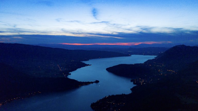 photo aérienne par drone du lac d'annecy vue du col de la forclaz au coucher du soleil