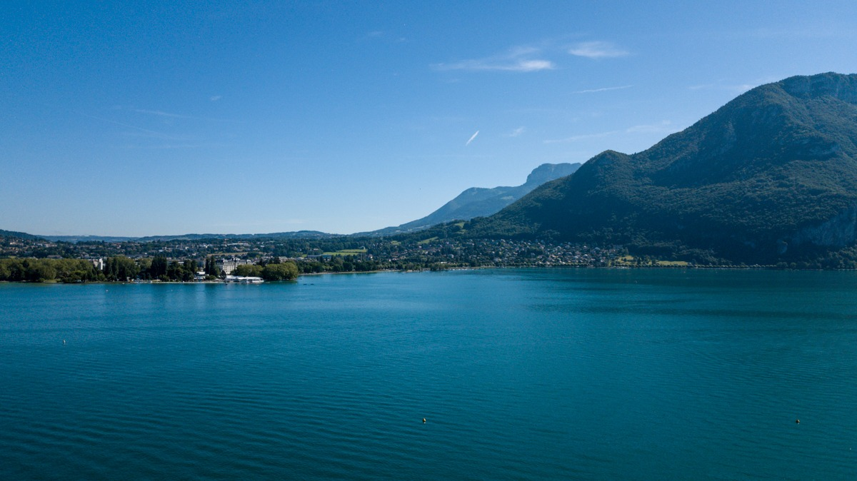 photo aérienne par drone du lac d'annecy et ses eaux turquoises