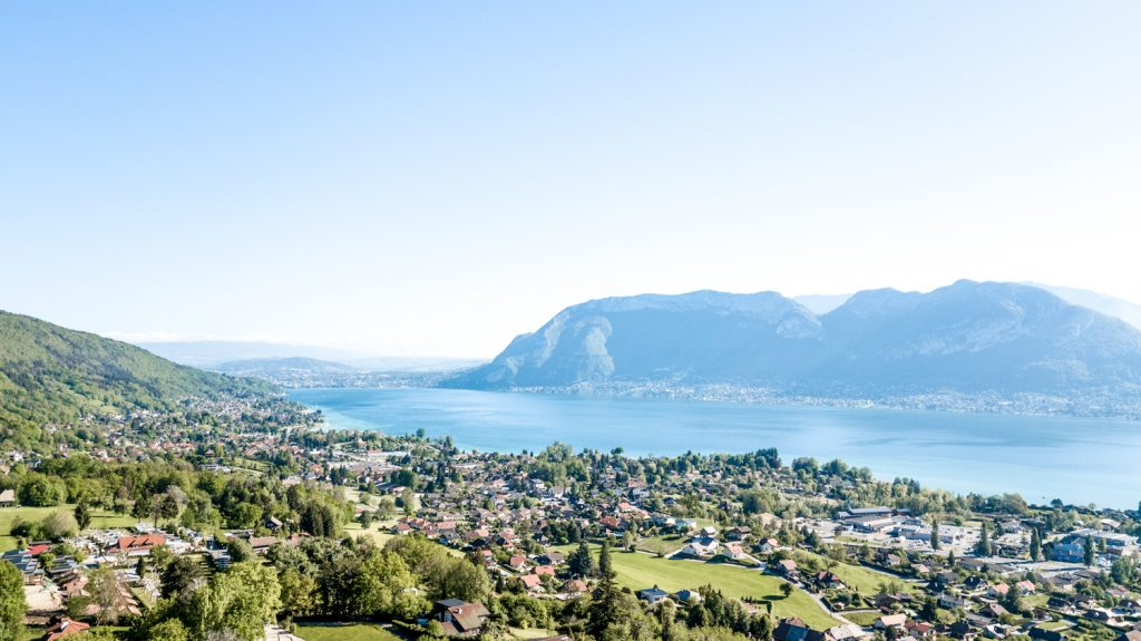 photographie aérienne par drone vue de neaclub sur lac annecy et montagnes