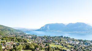 photographie aérienne par pilote drone professionnel vue de neaclub sur lac annecy et montagnes