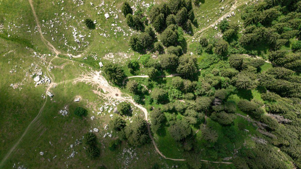 photo aérienne par drone du plateau des glières en haute-savoie