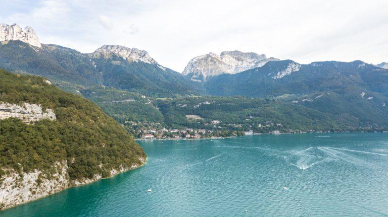 photo aérienne par pilote drone professionnel du lac d'annecy et ses eaux turquoises