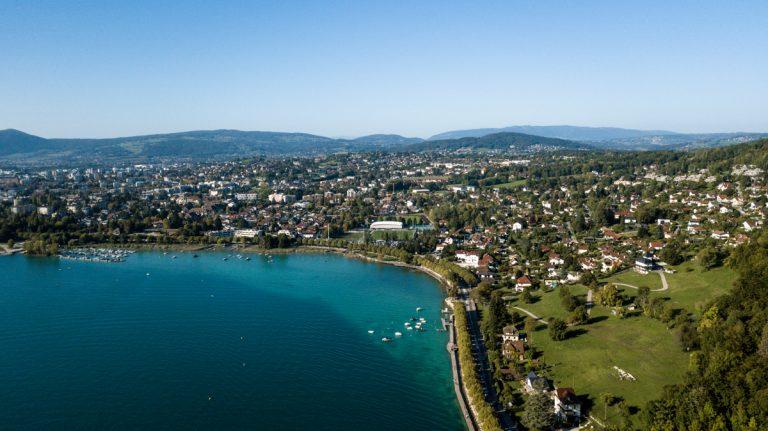 photo aérienne par drone du lac d'annecy, Veyrier et ses eaux turquoises