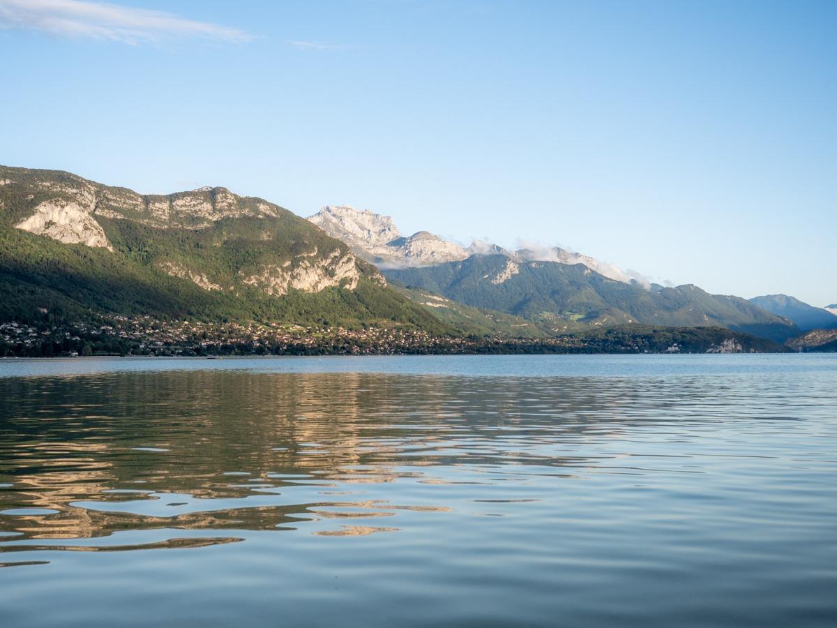 photo du lac d'annecy, montagnes haute-savoie et ses eaux turquoises