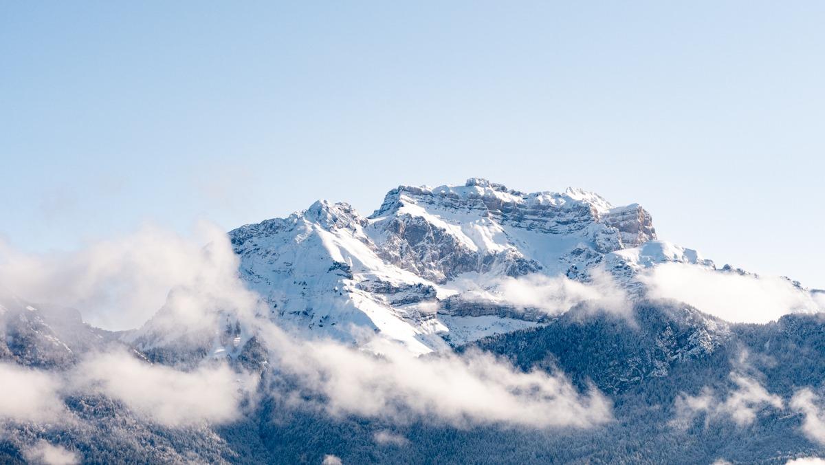 montagnes la tournette enneigée vue du ciel avec drone