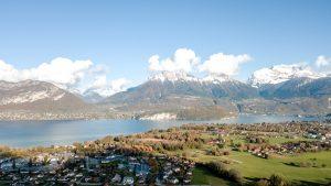 montagnes et lac d'annecy à sevrier vue du ciel avec drone