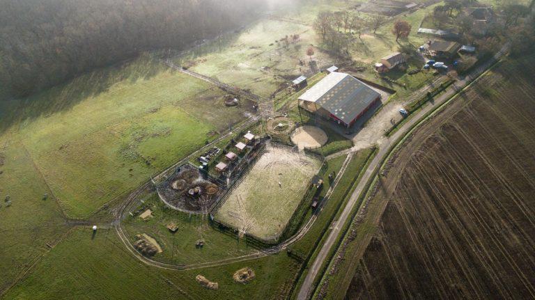 ranch et centre équestre en campagne vue aérienne par drone