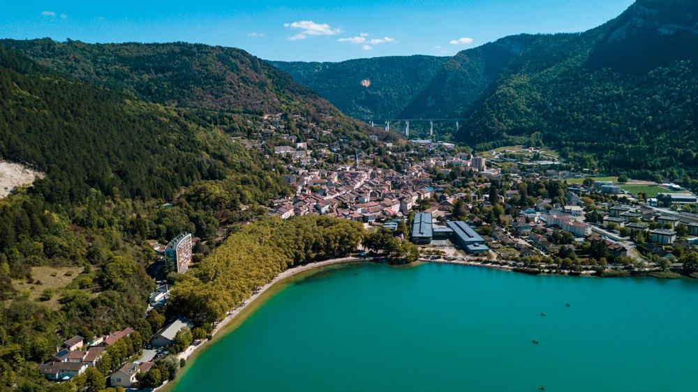 vue aérienne par drone du lac de Nantua dans le Jura